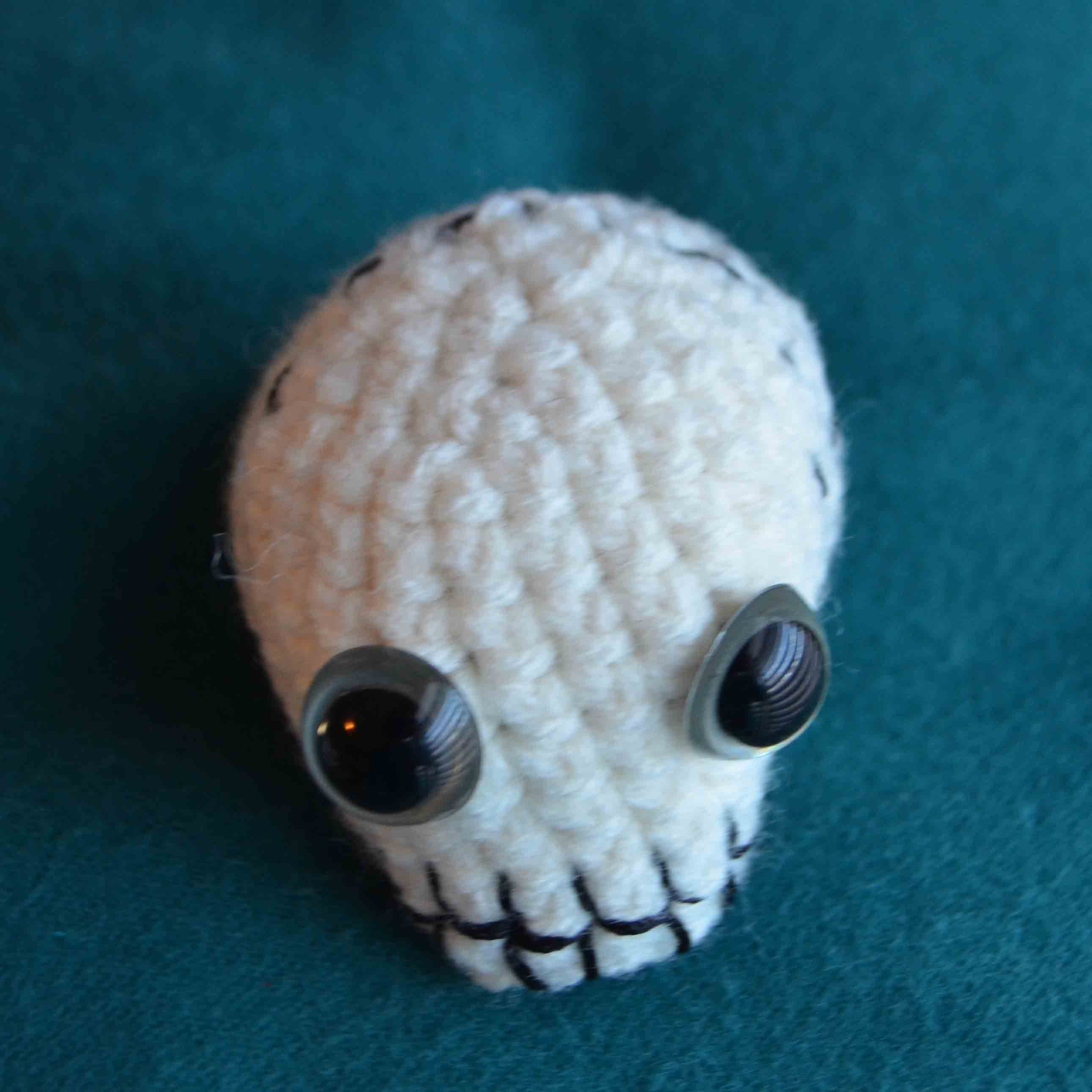 Skull Pincushion (Amigurumi Pattern) | DIY Geekery